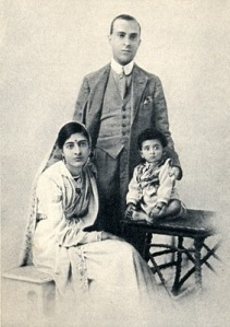 Jawaharlal_Nehru_and_his_family_in_1918