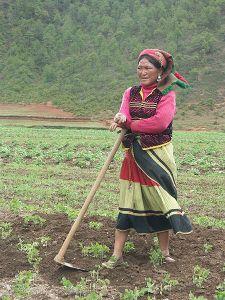 450px-Mosuo_woman_near_Lugu_Lake